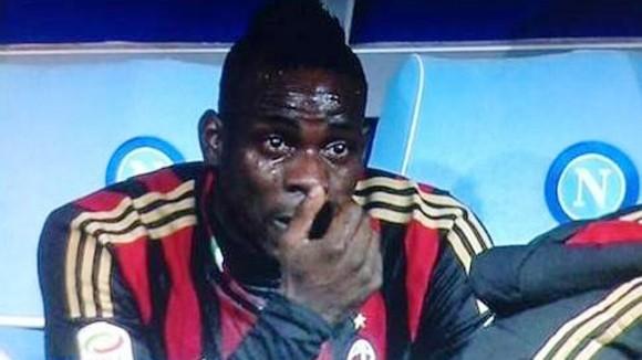Milan bại trận, Balotelli khóc tức tưởi trên băng ghế dự bị ảnh 1