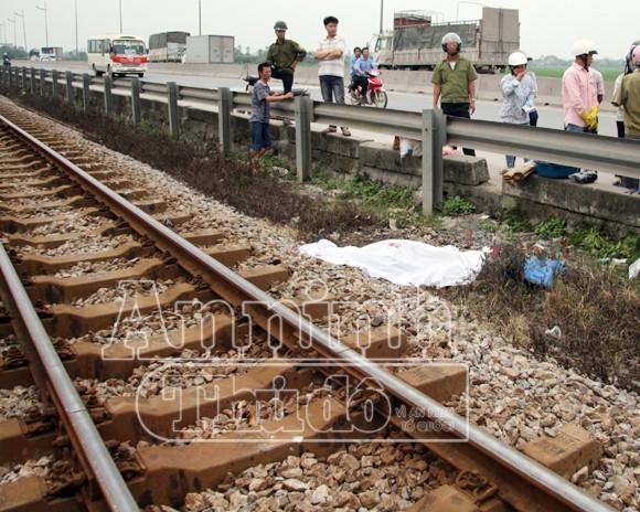 Hà Nội: Tàu hỏa đâm chết người, kéo lê hơn 30 mét ảnh 1