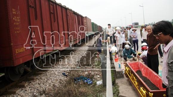 Hà Nội: Tàu hỏa đâm chết người, kéo lê hơn 30 mét ảnh 7