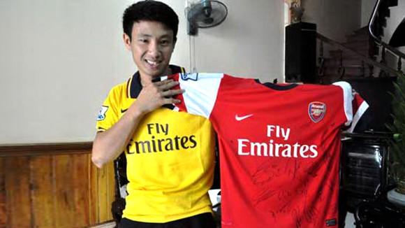 """""""Running man"""" bán đấu giá chiếc áo có chữ ký toàn đội Arsenal ảnh 2"""