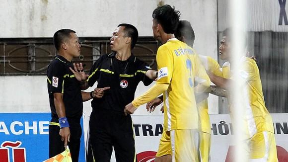 """Sai sót của trọng tài làm """"nóng"""" V-League 2014 ảnh 1"""