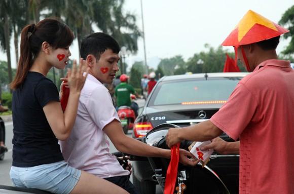 """Hàng trăm người """"ăn theo"""" trận U19 Việt Nam - U19 Nhật Bản ảnh 1"""