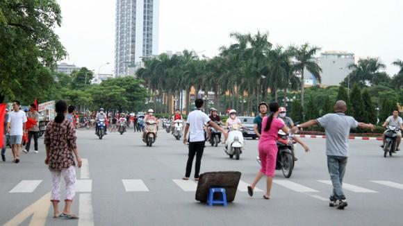 """Hàng trăm người """"ăn theo"""" trận U19 Việt Nam - U19 Nhật Bản ảnh 4"""