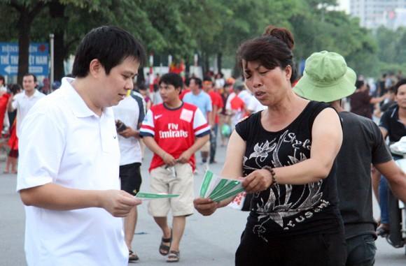 """Hàng trăm người """"ăn theo"""" trận U19 Việt Nam - U19 Nhật Bản ảnh 6"""