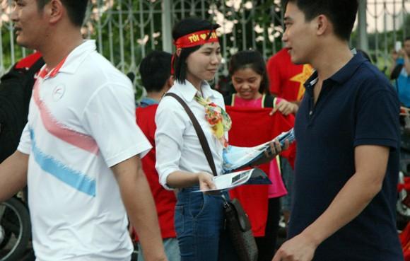 """Hàng trăm người """"ăn theo"""" trận U19 Việt Nam - U19 Nhật Bản ảnh 7"""