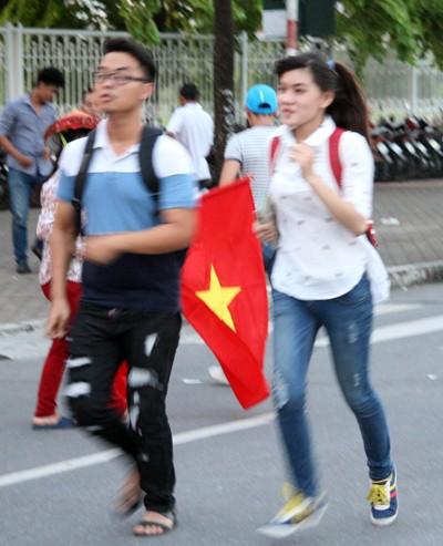 """Người hâm mộ đổ dồn về sân Mỹ Đình """"tiếp lửa"""" U19 Việt Nam ảnh 7"""