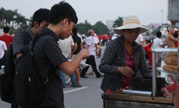 """Người hâm mộ đổ dồn về sân Mỹ Đình """"tiếp lửa"""" U19 Việt Nam ảnh 6"""