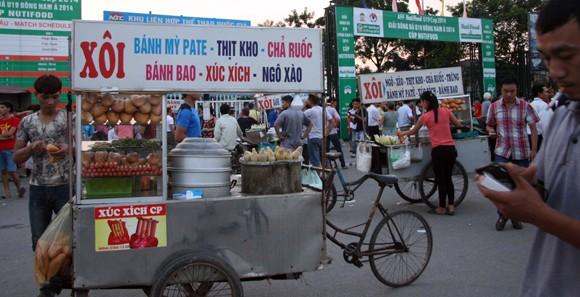 """Hàng trăm người """"ăn theo"""" trận U19 Việt Nam - U19 Nhật Bản ảnh 8"""