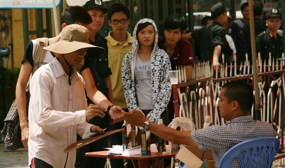 Mắc võng, vạ vật từ 23h đêm tới 11h trưa mới mua được vé xem bán kết U19 Việt Nam ảnh 6