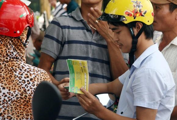 Mắc võng, vạ vật từ 23h đêm tới 11h trưa mới mua được vé xem bán kết U19 Việt Nam ảnh 9