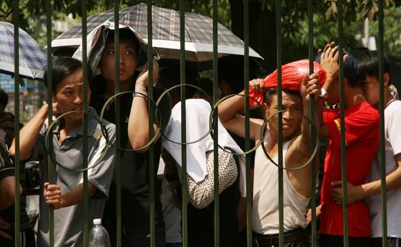 Mắc võng, vạ vật từ 23h đêm tới 11h trưa mới mua được vé xem bán kết U19 Việt Nam ảnh 8