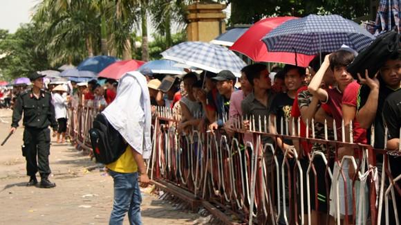 Mắc võng, vạ vật từ 23h đêm tới 11h trưa mới mua được vé xem bán kết U19 Việt Nam ảnh 4