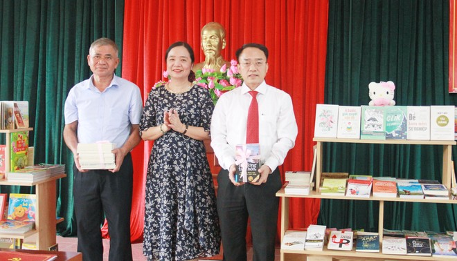 Trao tặng hơn 1.000 cuốn sách cho cán bộ, nhân dân xã Đồng Tâm ảnh 1