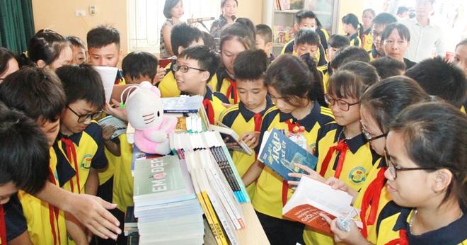 Trao tặng hơn 1.000 cuốn sách cho cán bộ, nhân dân xã Đồng Tâm ảnh 2