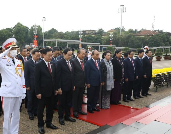 Lãnh đạo Đảng, Nhà nước và các đại biểu Quốc hội viếng Chủ tịch Hồ Chí Minh ảnh 1