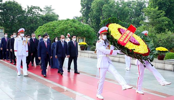 Đoàn đại biểu Quốc hội khoá XV vào lăng viếng Chủ tịch Hồ Chí Minh ảnh 3