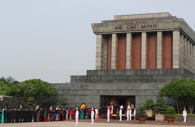 Đoàn đại biểu Quốc hội khoá XV vào lăng viếng Chủ tịch Hồ Chí Minh ảnh 2