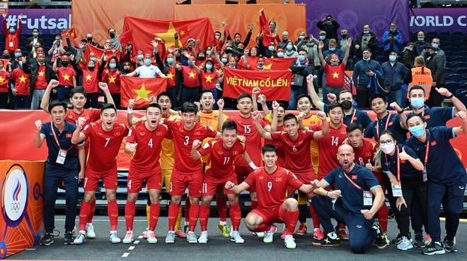 Hôm nay, những 'người hùng' futsal Việt Nam về nước ảnh 1