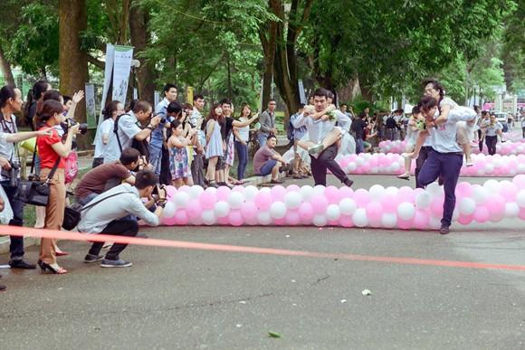 100 cô dâu chú rể náo nức tranh tài...marathon ảnh 7