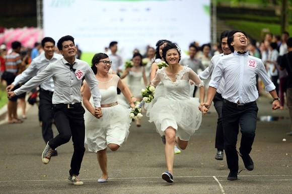 100 cô dâu chú rể náo nức tranh tài...marathon ảnh 6