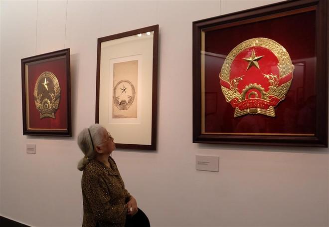 Chiêm ngưỡng bản gốc mẫu phác thảo Quốc huy Việt Nam do họa sĩ Bùi Trang Chước thực hiện ảnh 3