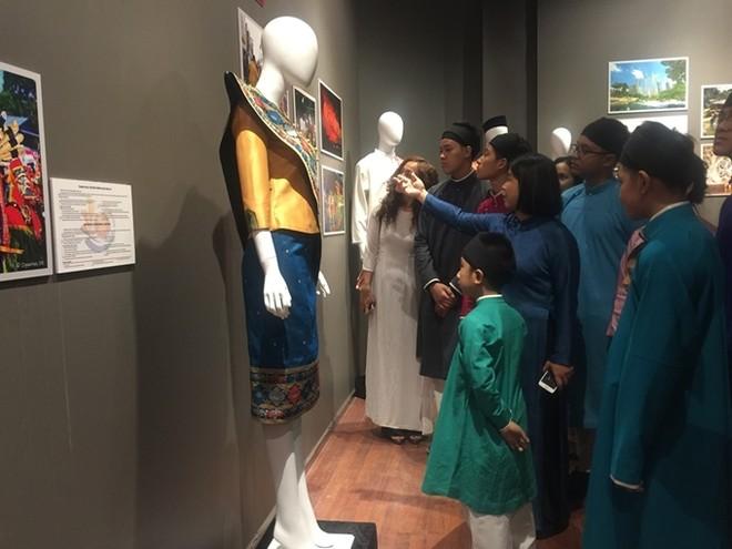 Chiêm ngưỡng trang phục truyền thống các nước ASEAN ảnh 1