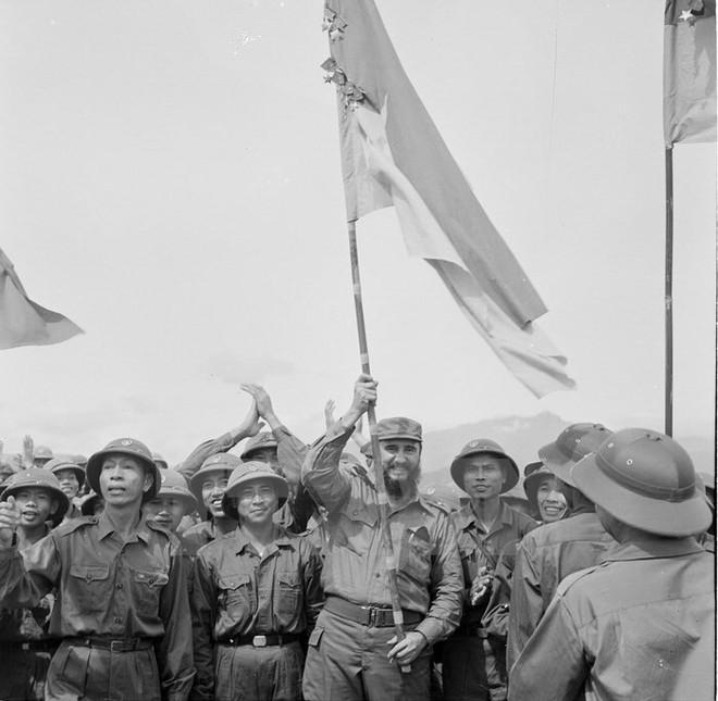 """Trưng bày hơn 90 bức ảnh đen trắng mang tính biểu tượng """"Cuba trong trái tim nhân dân Việt Nam"""" ảnh 1"""