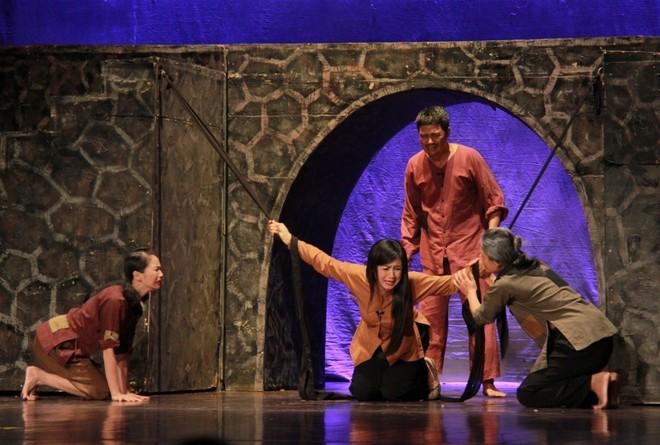 Nhà hát Kịch Hà Nội cho hơn 30 diễn viên nghỉ việc vì... Covid-19 ảnh 1