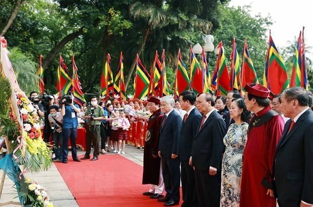 Chủ tịch nước Nguyễn Xuân Phúc dâng hương tưởng nhớ các Vua Hùng ảnh 2