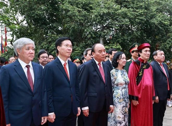 Chủ tịch nước Nguyễn Xuân Phúc dâng hương tưởng nhớ các Vua Hùng ảnh 1