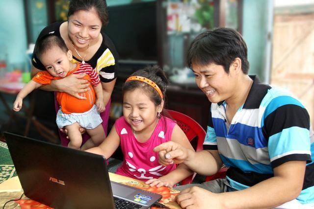 """Tôn vinh các giá trị tốt đẹp của gia đình Việt qua triển lãm ảnh """"Gia đình - Tổ ấm yêu thương"""" ảnh 1"""
