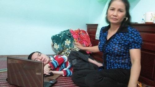 Chàng thi sĩ bại liệt bán sách thơ ủng hộ Quỹ vaccin phòng chống Covid ảnh 1