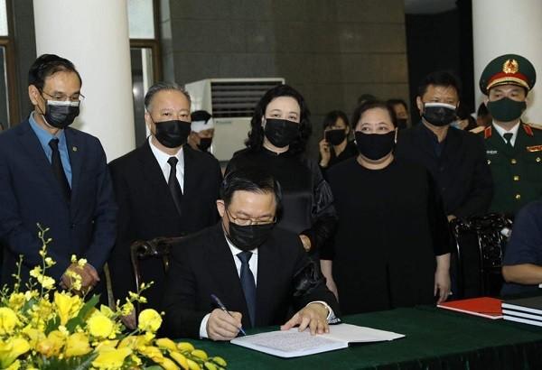 Đoàn đại biểu thành phố Hà Nội viếng nguyên Tổng Bí thư Lê Khả Phiêu ảnh 2