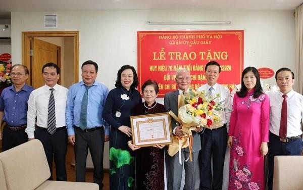 Hà Nội: Trao Huy hiệu 70 năm tuổi Đảng cho giáo sư Đặng Hữu và nhạc sĩ Phạm Tuyên ảnh 1