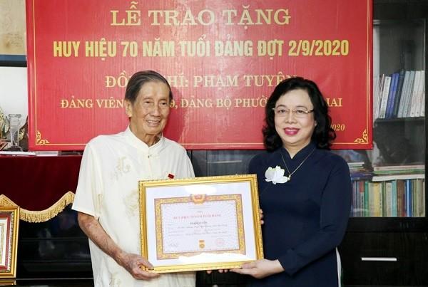 Hà Nội: Trao Huy hiệu 70 năm tuổi Đảng cho giáo sư Đặng Hữu và nhạc sĩ Phạm Tuyên ảnh 2