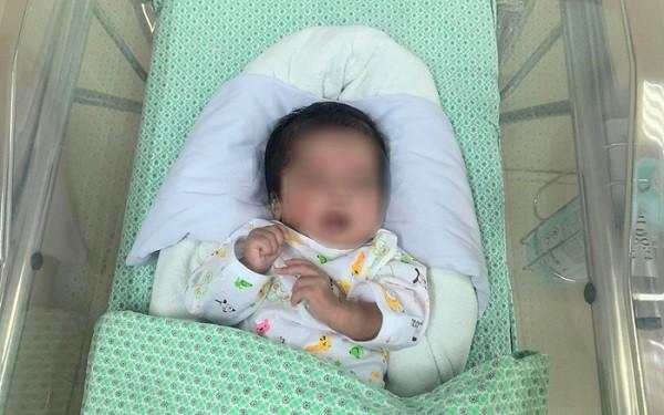 Bé sơ sinh bị vứt vào thùng rác của cơ sở nạo phá thai được cứu sống kỳ diệu ảnh 1