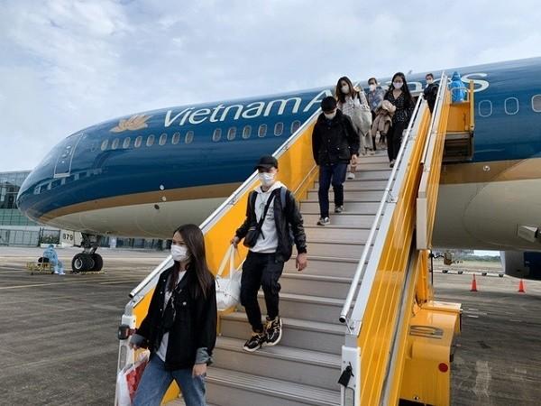 Việt Nam mở lại đường bay quốc tế, rút ngắn thời gian cách ly ảnh 1