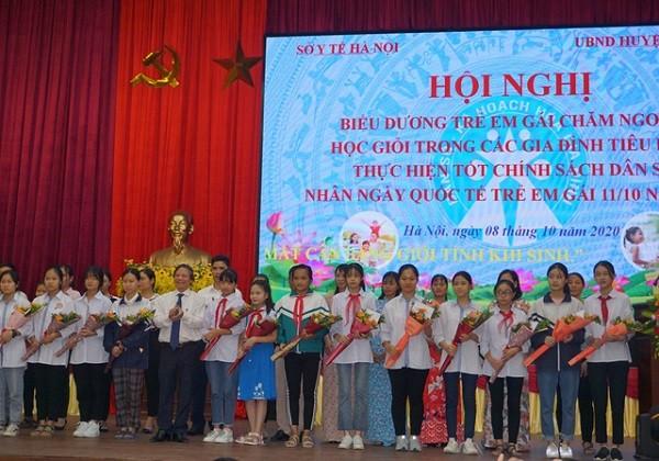 Hà Nội: Biểu dương 100 trẻ em gái tiêu biểu trong các gia đình sinh con một bề ảnh 1