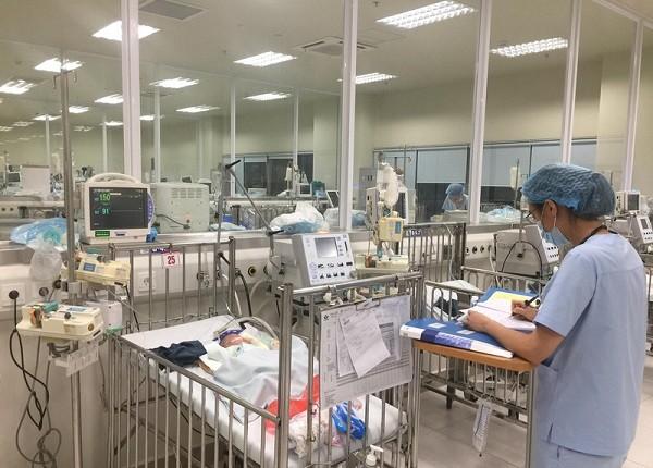 Hà Nội: Bệnh nhi ùn ùn nhập viện chữa bệnh hô hấp do chuyển mùa ảnh 1