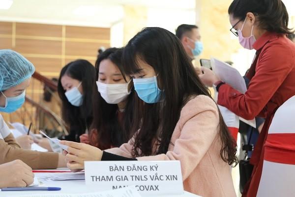 Xếp hàng đăng ký tiêm thử nghiệm vaccine Covid-19 của Việt Nam, giá khoảng 120.000 đồng/ liều ảnh 2
