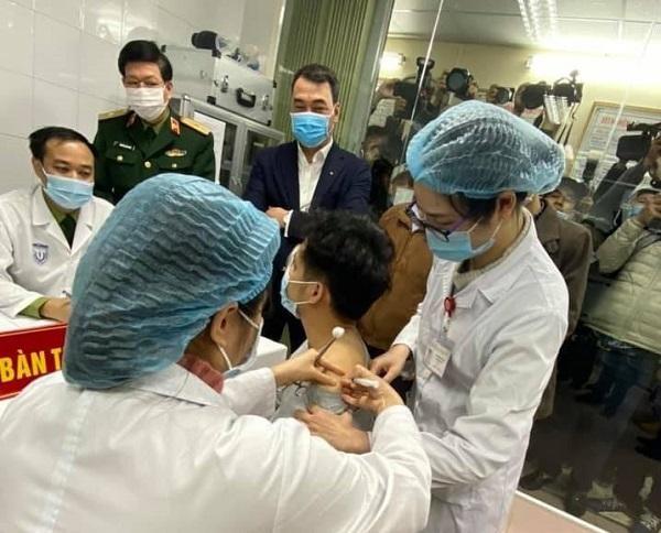 Ba người Việt Nam đầu tiên được tiêm thử nghiệm vaccine Covid-19 ảnh 1