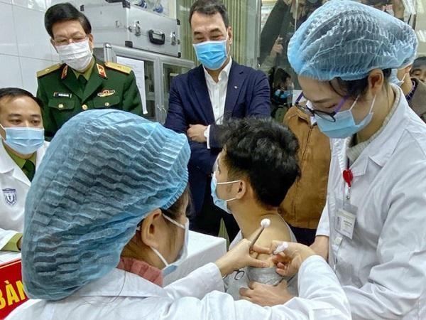 Qua 72 giờ, 3 người đầu tiên tiêm thử nghiệm vaccine Covid-19 có những phản ứng gì? ảnh 1