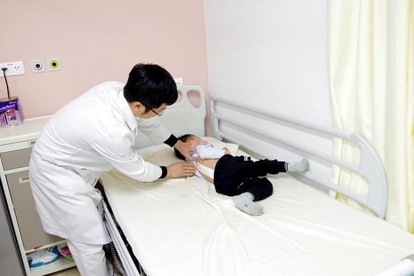 Lần đầu tiên mổ cong vẹo cột sống cho cháu bé 3 tuổi, bị vẹo đến 66 độ ảnh 1