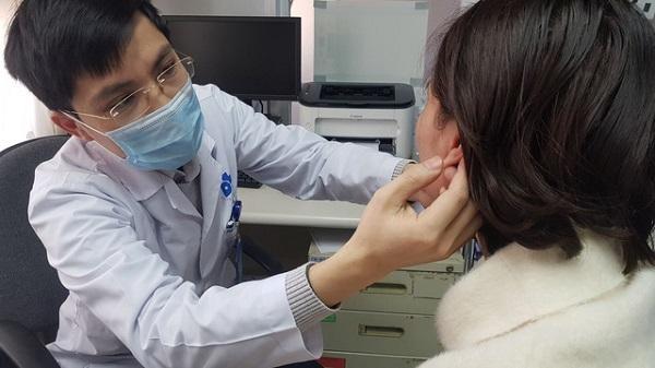 """Nữ doanh nhân nhập viện vì đi làm """"tai Phật"""" để cải thiện tướng số ảnh 1"""