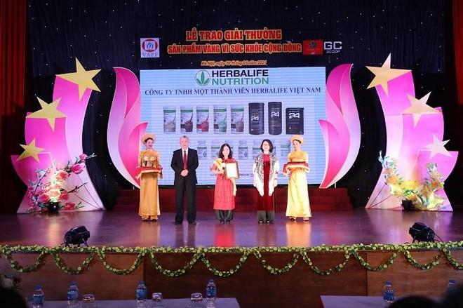 """Herbalife Việt Nam nhận giải thưởng """"Sản phẩm vàng vì sức khỏe cộng đồng năm 2021"""" ảnh 1"""