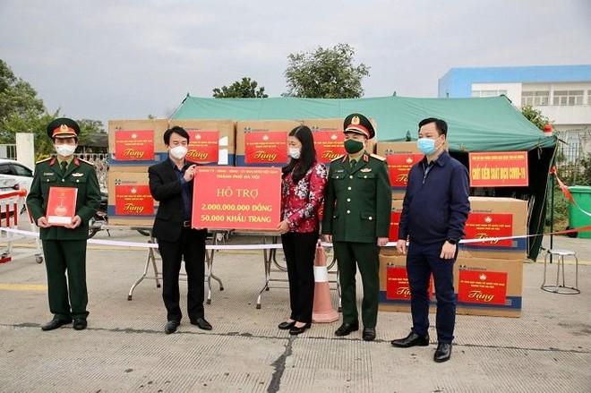 Hà Nội trao tặng Hải Dương 2 tỷ đồng và 50.000 khẩu trang y tế hỗ trợ chống dịch Covid-19 ảnh 1