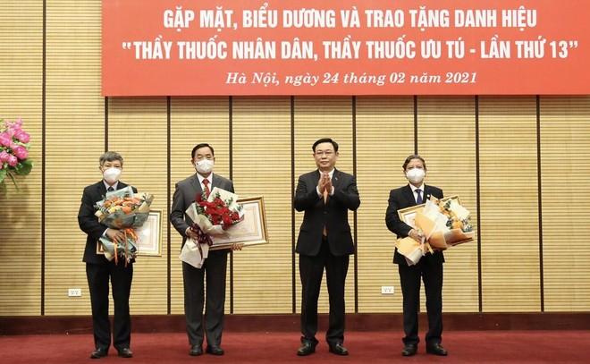 Ba lãnh đạo Sở Y tế Hà Nội được trao tặng danh hiệu Thầy thuốc Nhân dân ảnh 1
