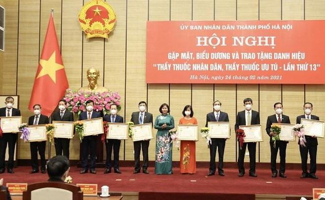 Ba lãnh đạo Sở Y tế Hà Nội được trao tặng danh hiệu Thầy thuốc Nhân dân ảnh 2