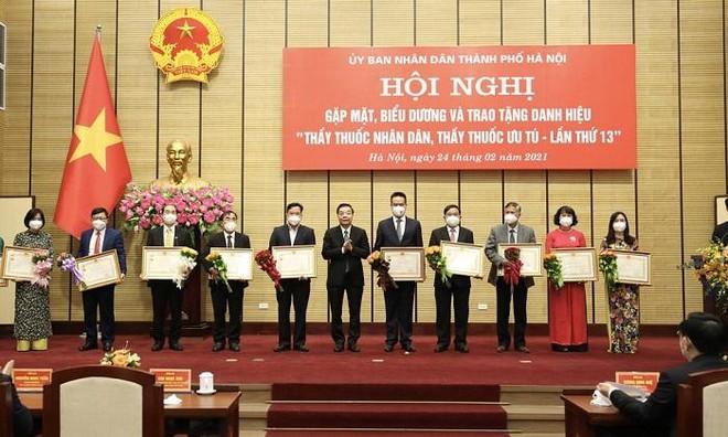 Ba lãnh đạo Sở Y tế Hà Nội được trao tặng danh hiệu Thầy thuốc Nhân dân ảnh 3