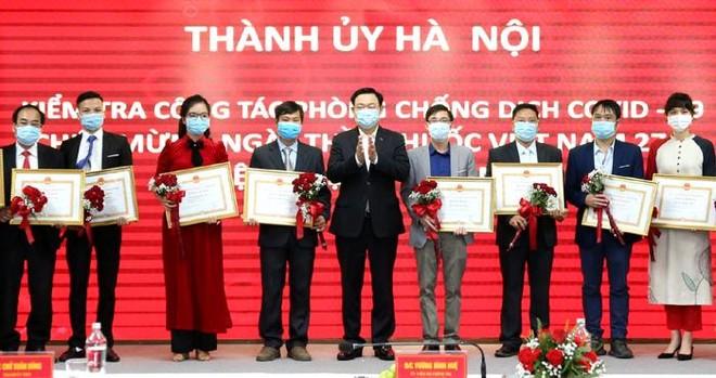 Bí thư Thành ủy Hà Nội kiểm tra phòng Covid-19 tại Bệnh viện Thanh Nhàn và chúc mừng các y, bác sĩ ảnh 3